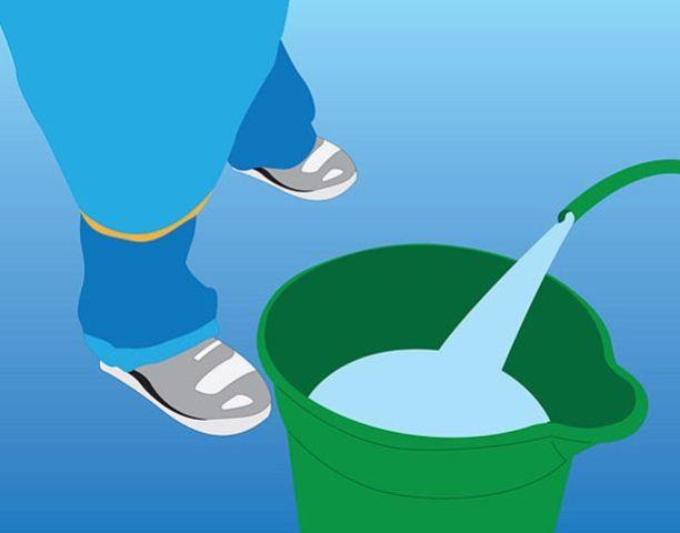 Đổ nước sạch vào xô
